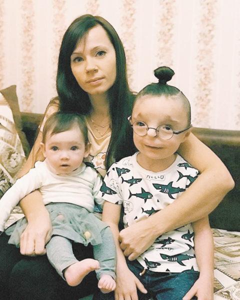 Ніка з маленькою донькою і прийомним сином