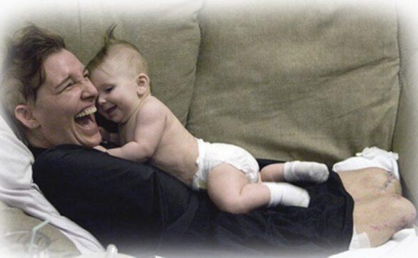 Кэти Хайс с маленькой дочкой