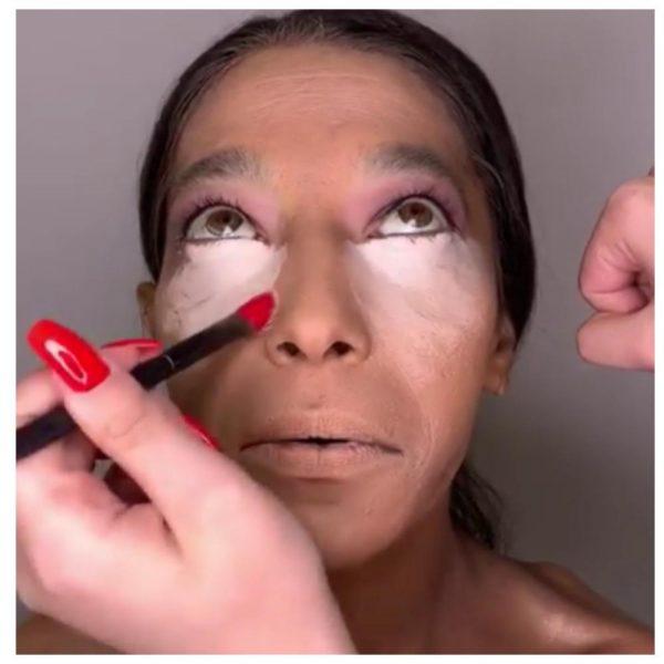 Девушке наносят макияж