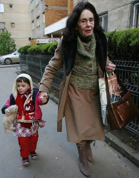 Адріана гуляє з дочкою