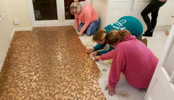 Друзі допомагають робити підлогу з монет