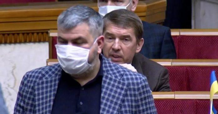 Депутаты пришли на работу в масках