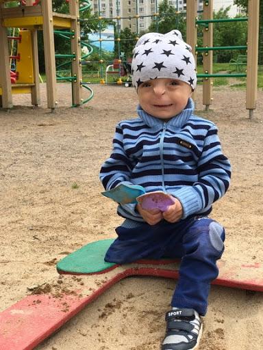 Рустам грається на дитячому майданчику