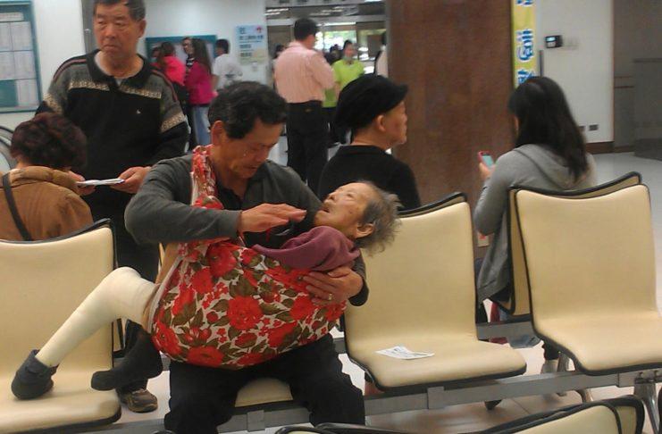 Сын держит маму на руках