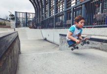 Хлопчик без ніг катається на скейтборді