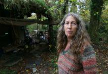 Жінка живе в лісі