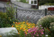 Жінка в'яже мереживні паркани