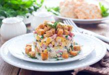 Апетитний салат з копченою ковбасою і сухариками