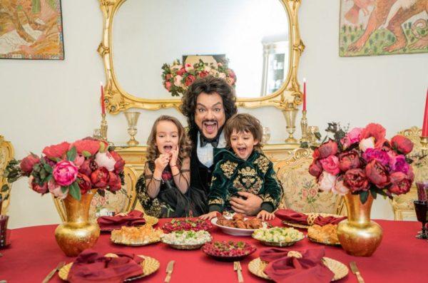 Киркоров вместе с детьми в столовой