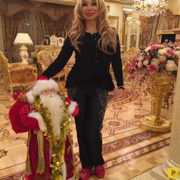 Маша Распутина в гостиной