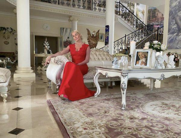Анастасия Волочкова в гостиной