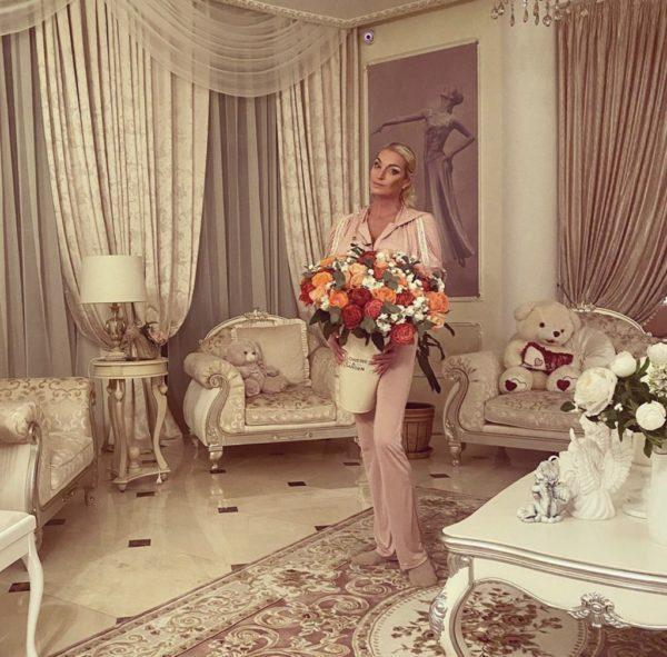 Анастасия Волочкова у себя дома