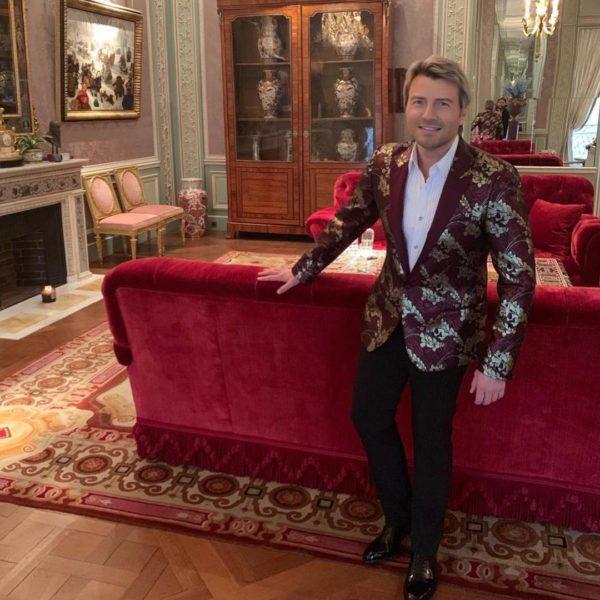 Николай Басков в своей гостинной