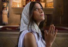 Мати молиться за дітей