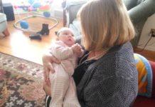 Бабуся співає внучці