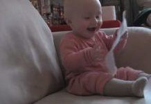 Дитина сміється