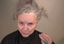Бабуся фарбує губи й очі