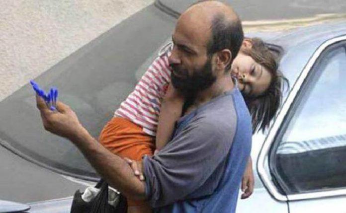 Мужчина продавал ручки на улице, чтобы прокормить семью