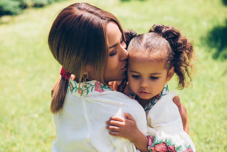 Вместо карьеры — воспитание ребенка: певица Гайтана показала, как выглядит ее маленькая дочка