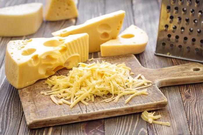 Для хачапури подойдет любой сыр, которой хорошо плавится и тянется