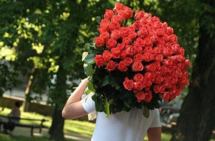 А я несу тебе цветы