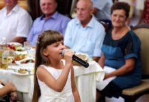 Евелінка вітає піснею нареченого і наречену