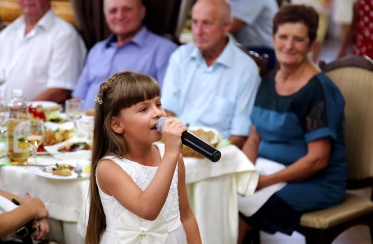 Эвелинка поздравляет песней жениха и невесту