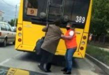 Бабусю знімають з тролейбуса