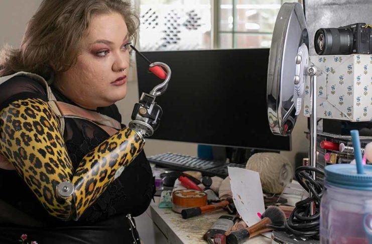 Девушка делает макияж без рук