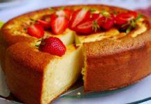Пиріг з сирною начинкою і полуницею