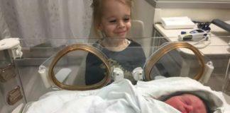 Девочка родилась без рук