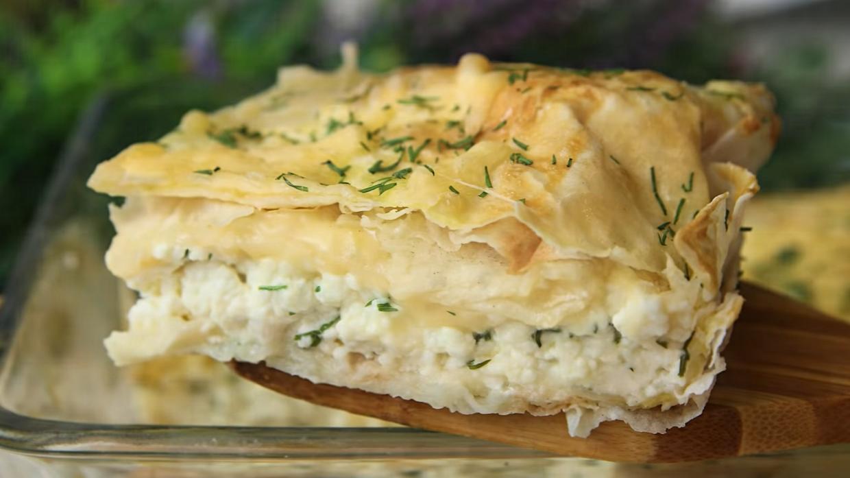 Худеть нужно вкусно: диетический сочный пирог из лаваша с творогом и зеленью