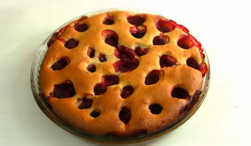Домашний пирог с клубникой