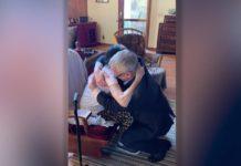 Мужчина встретился с мамой, которая оставила его в приюте