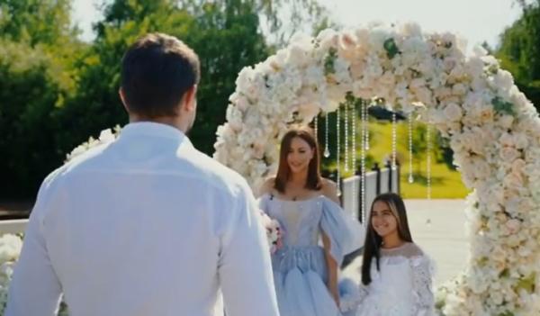 Ани Лорак у свадебной арки