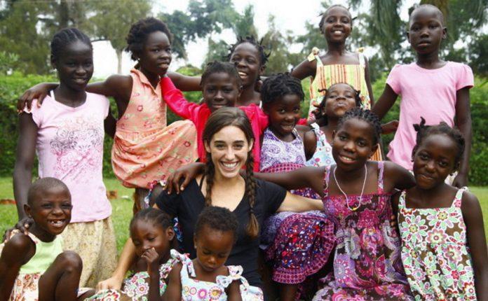 22-летняя девушка усыновила 13 африканских детей