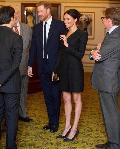 Черное мини-платье разоллило королеву