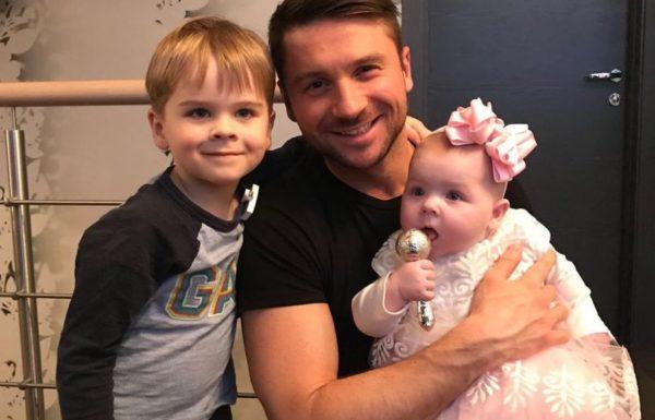 Сергей Лазарев с сыном и дочкой