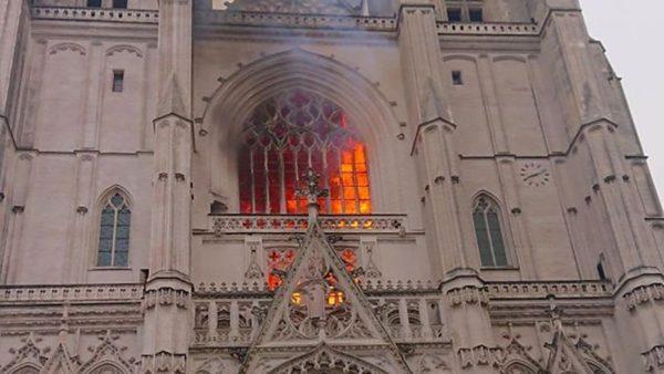 У Франції горить готичний собор святих Петра і Павла в Нанті