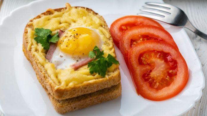 Гарячі хрусткі бутерброди з сиром, беконом і яйцем