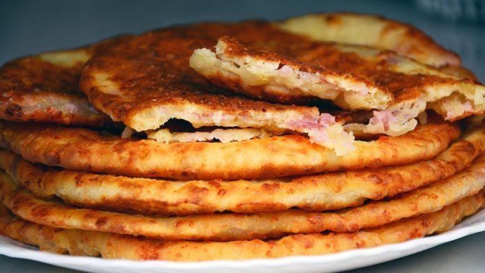 Сирні коржики на кефірі з ковбасою за 20 хвилин