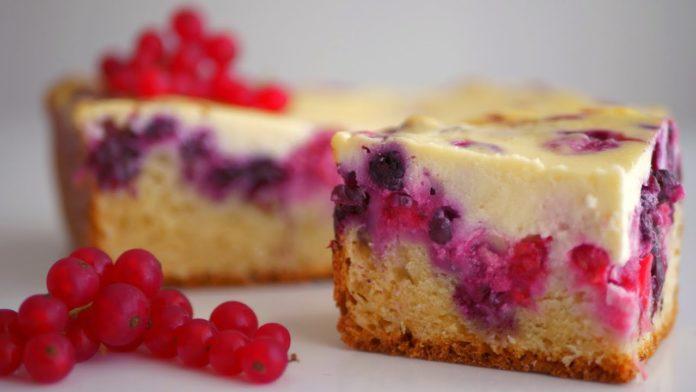 Ніжний пиріг з сиром, малиною і смородиною