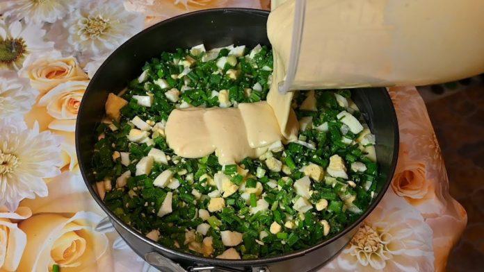 Лінивий пиріг з зеленою цибулею і яйцями