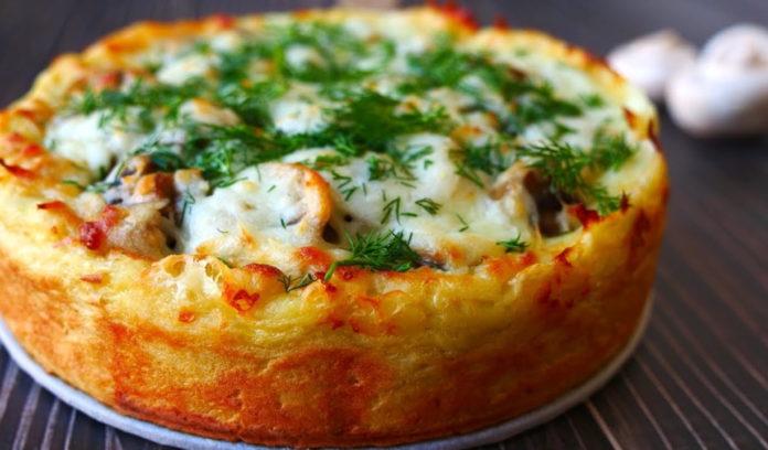 Ситний пиріг з картопляним пюре, курячим філе і грибами