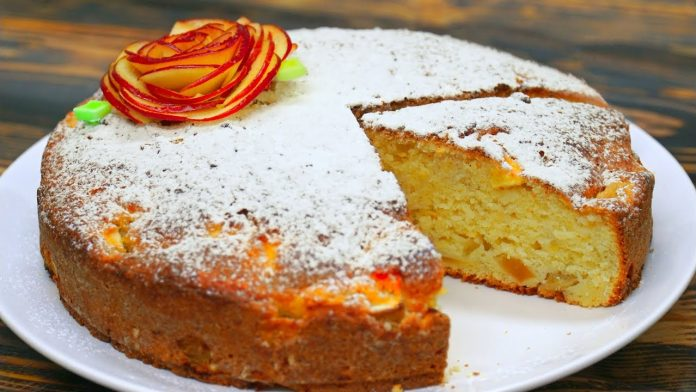 Простой пирог с яблоками и творогом