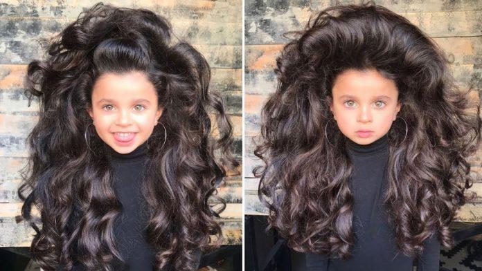 Дівчинка з розкішним довгим волоссям