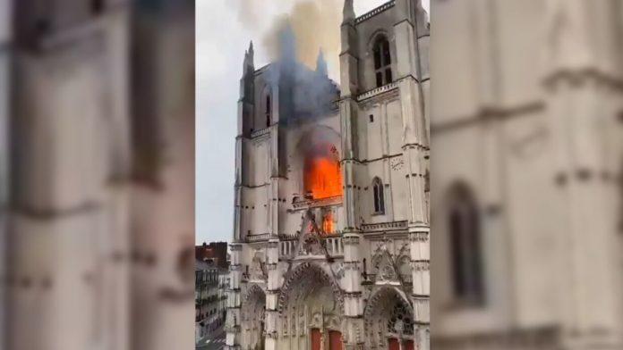 У Франції горить готичний собор святих Петра і Павла