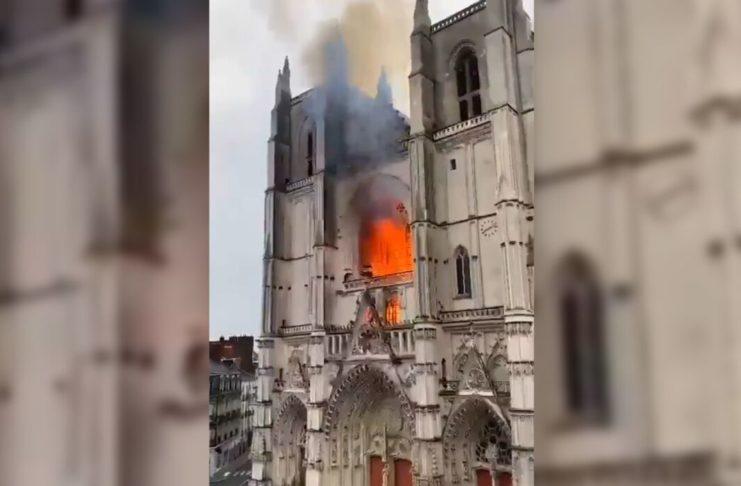 Во Франции горит готический собор святых Петра и Павла