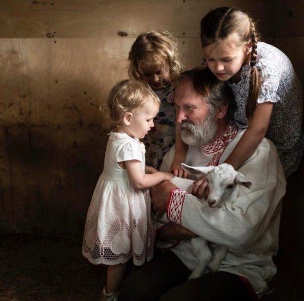 Федор Добронравов вместе с внучками