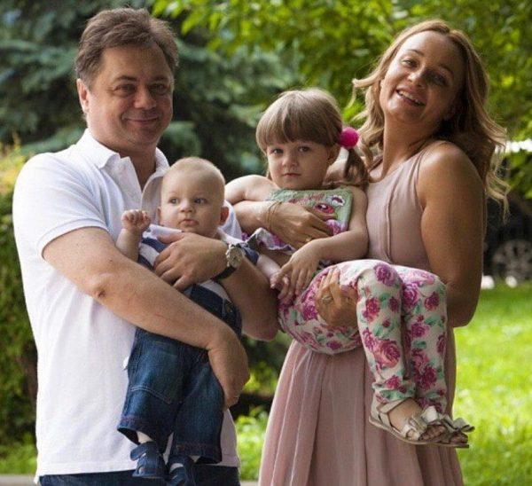 Андрей Леонов с женой и детьми